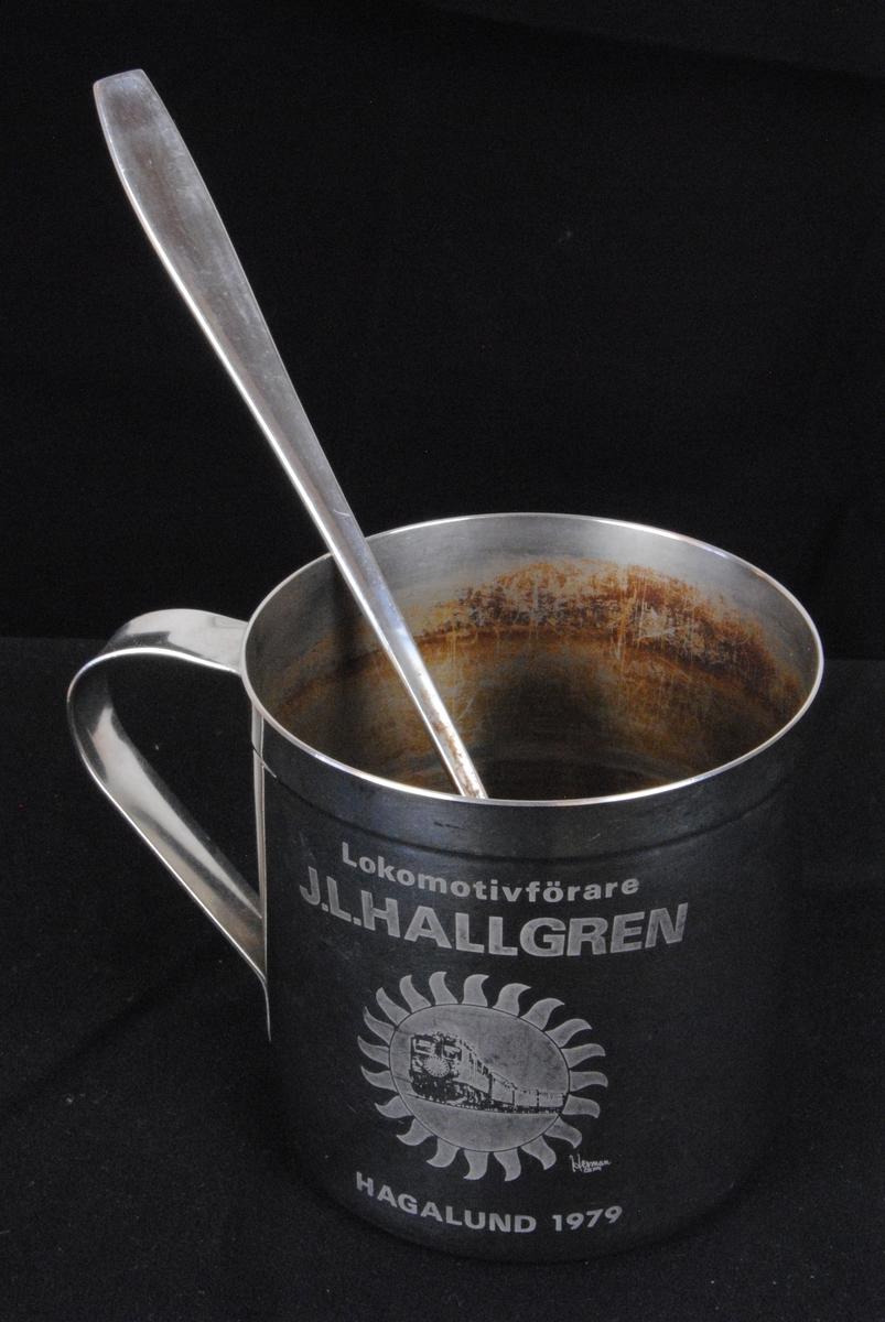 En lokförarmugg av rostfritt stål. Invändigt finns avlagringar från te eller kaffe.