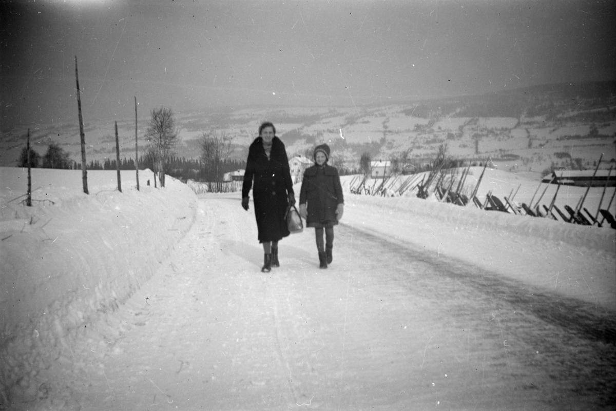 Hanna og Hjørdis Børresen på snølagt veg
