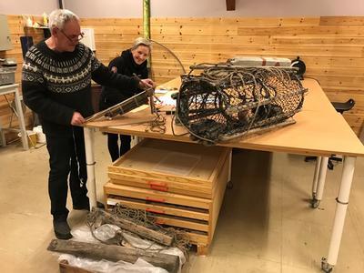 Vidar og Kathrine jobber med registrering av gjenstandene.