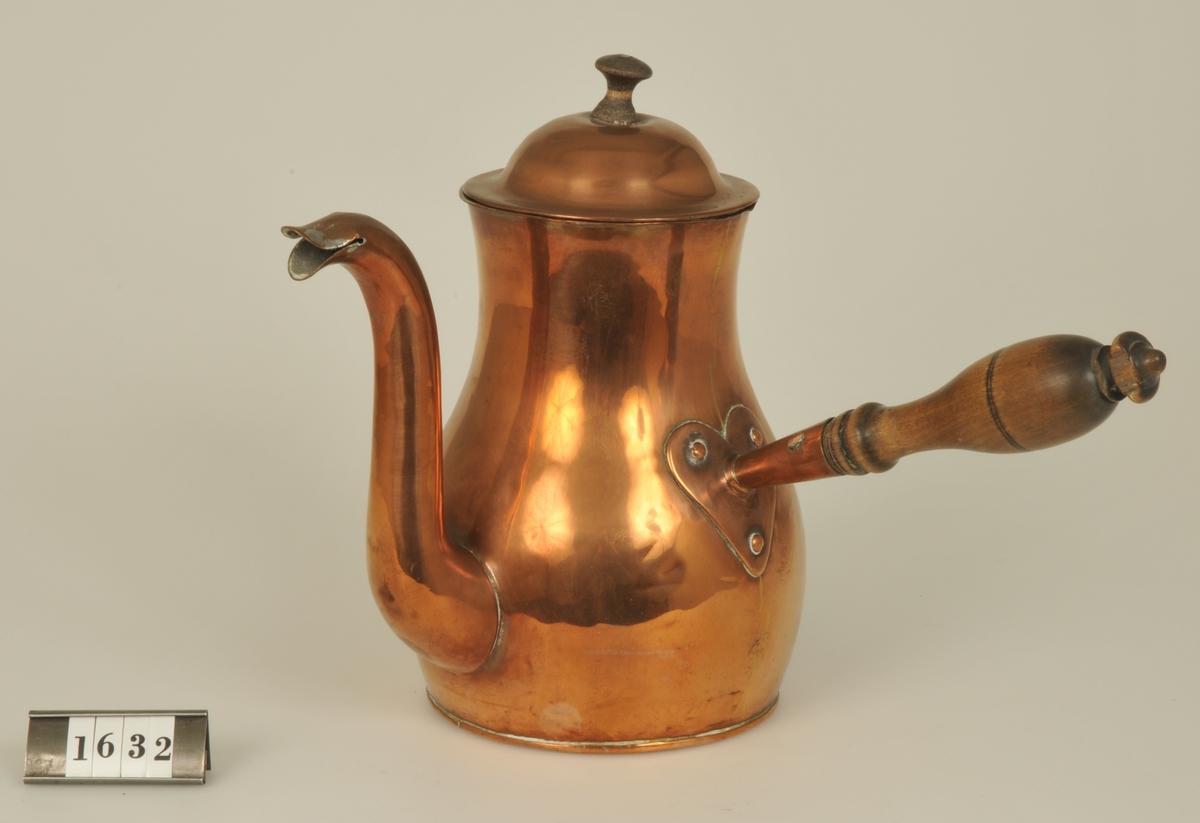 Kaffekanna av koppar med svarvat skaft av trä.