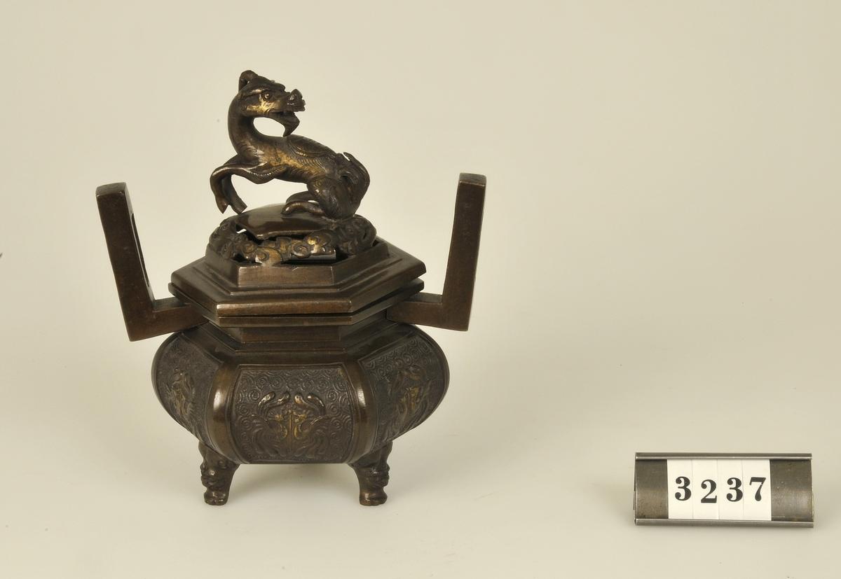 På locket drakfigur.  Har tillhört de Adelsköldska samlingarna.