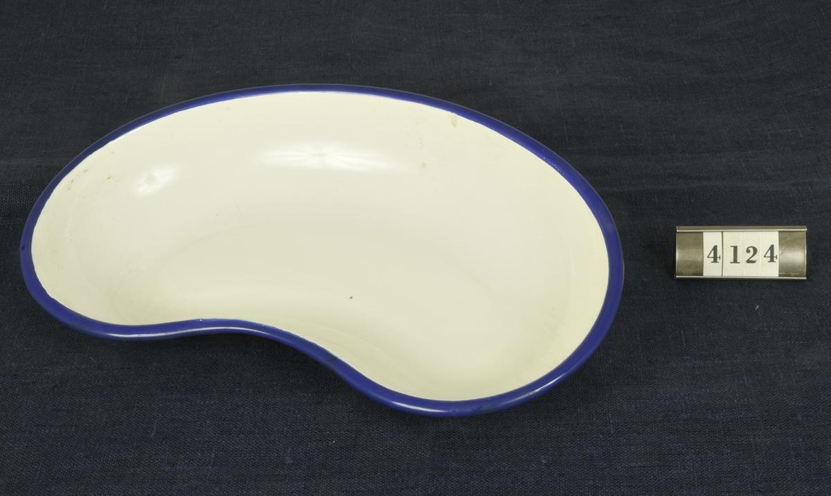 Emaljerad, vit med blå rand.