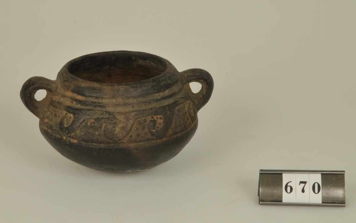 Krukan är funnen vid utgrävningar i Peru. Är enligt givarens uppgift ung. 2000 år gammal. Den har tillhört framlidne med. lic. G. Carlströms samlingar Göteborg.