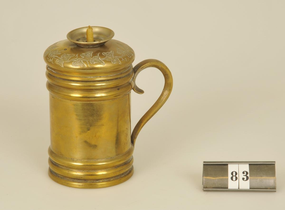 Med lock. Avsedd för vaxstapel i rullform. Användes vid försegling med sigillvax.