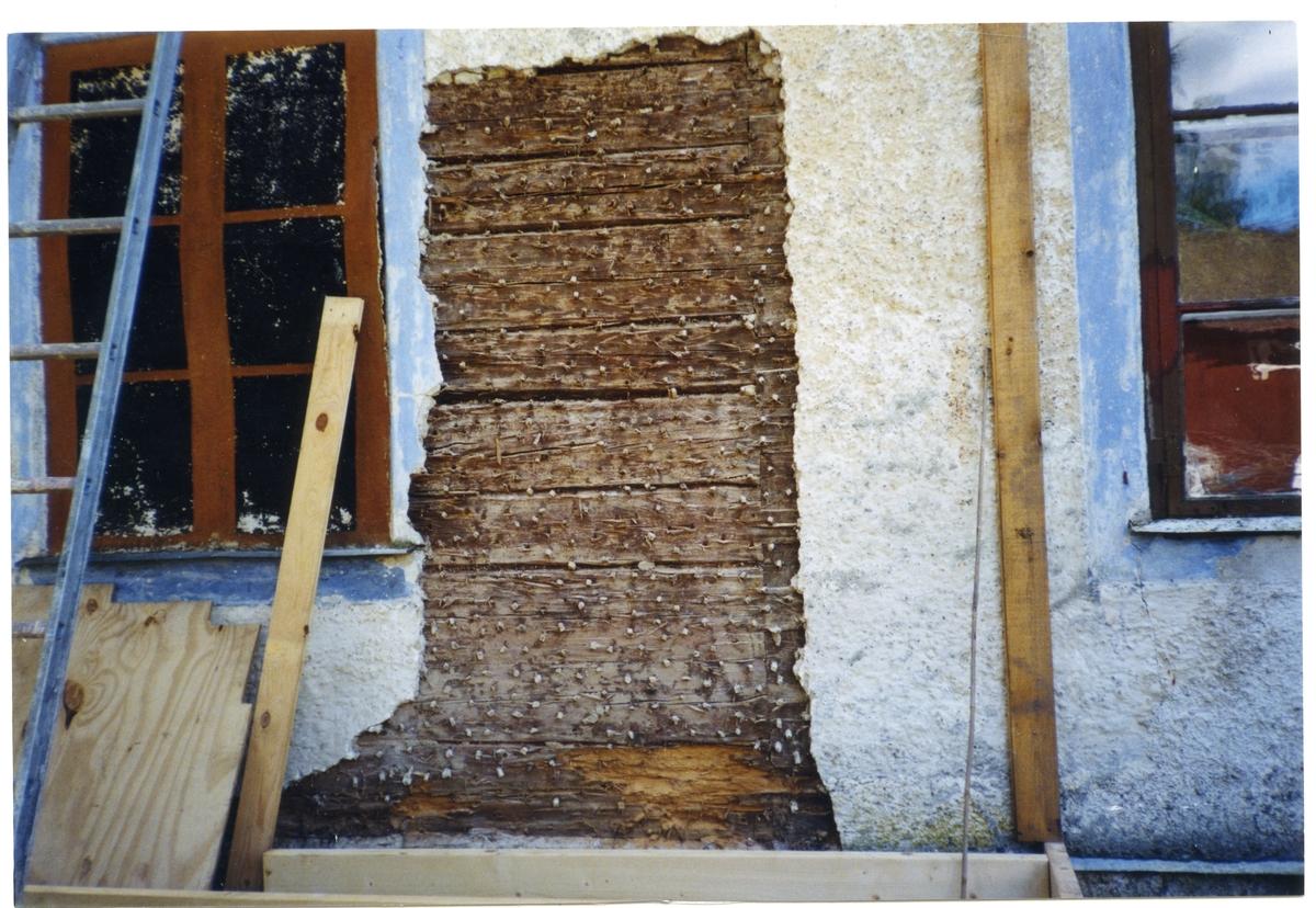 Enåker sn, Kroksbo 1:82 (f.d. 1:2).  Fasadputs/revetering avlägsnades på del av norra gaveln då huvudbyggnaden byggdes ut här. Därvid frilades väggarnas timmerstomme med reveteringspliggar. Blindfönstret till vänster avlägsnades också i samband med tillbyggnaden, i dess ställe togs en dörröppning upp.