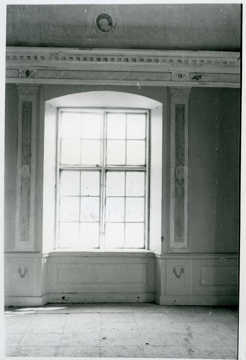 Gunnilbo sn, Färna herrgård.  Interiör av lusthuset. Fönster.