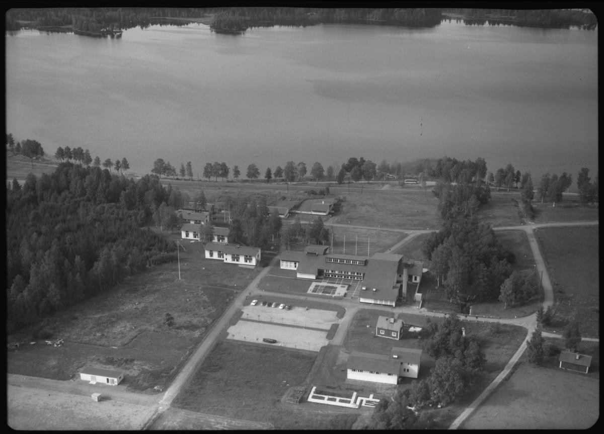 Flygfoto över Skinnskattebergs folkhögskola, Skinnskatteberg. Tagen 1963 av AB Flygtrafik Dals Långed.