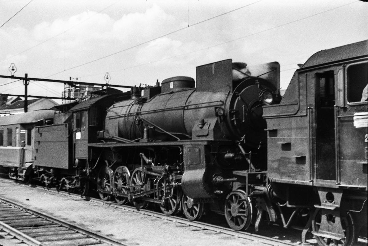 Damplokomotiv type 31b nr. 446 som forspannlokomotiv i persontog på Oslo Østbanestasjon.