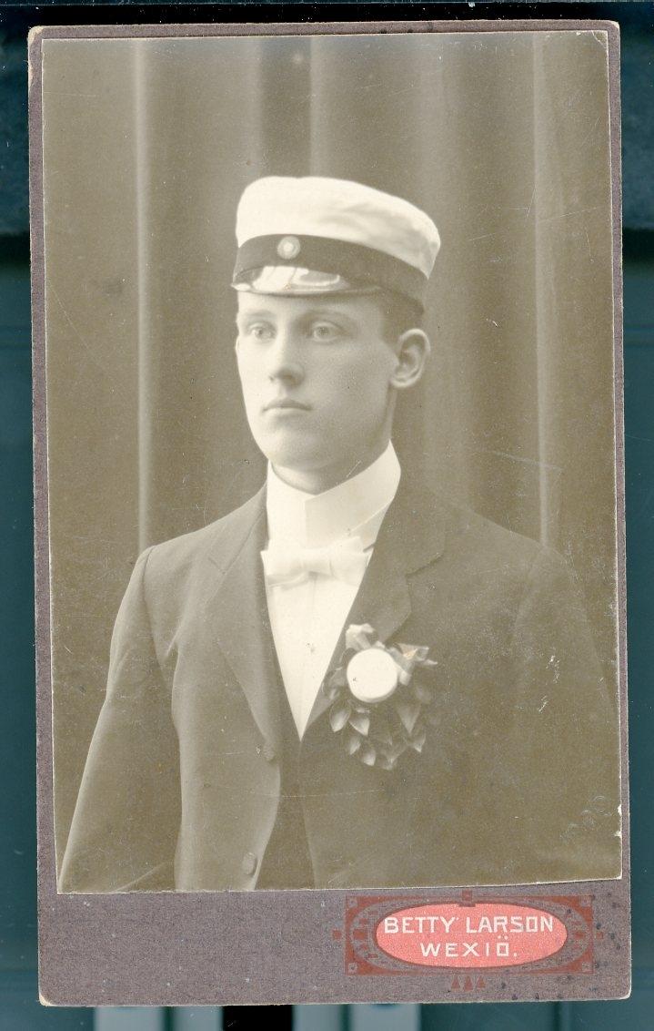 Kabinettsfotografi: Per Pleijel med studentmössa, vårterminen 1909.