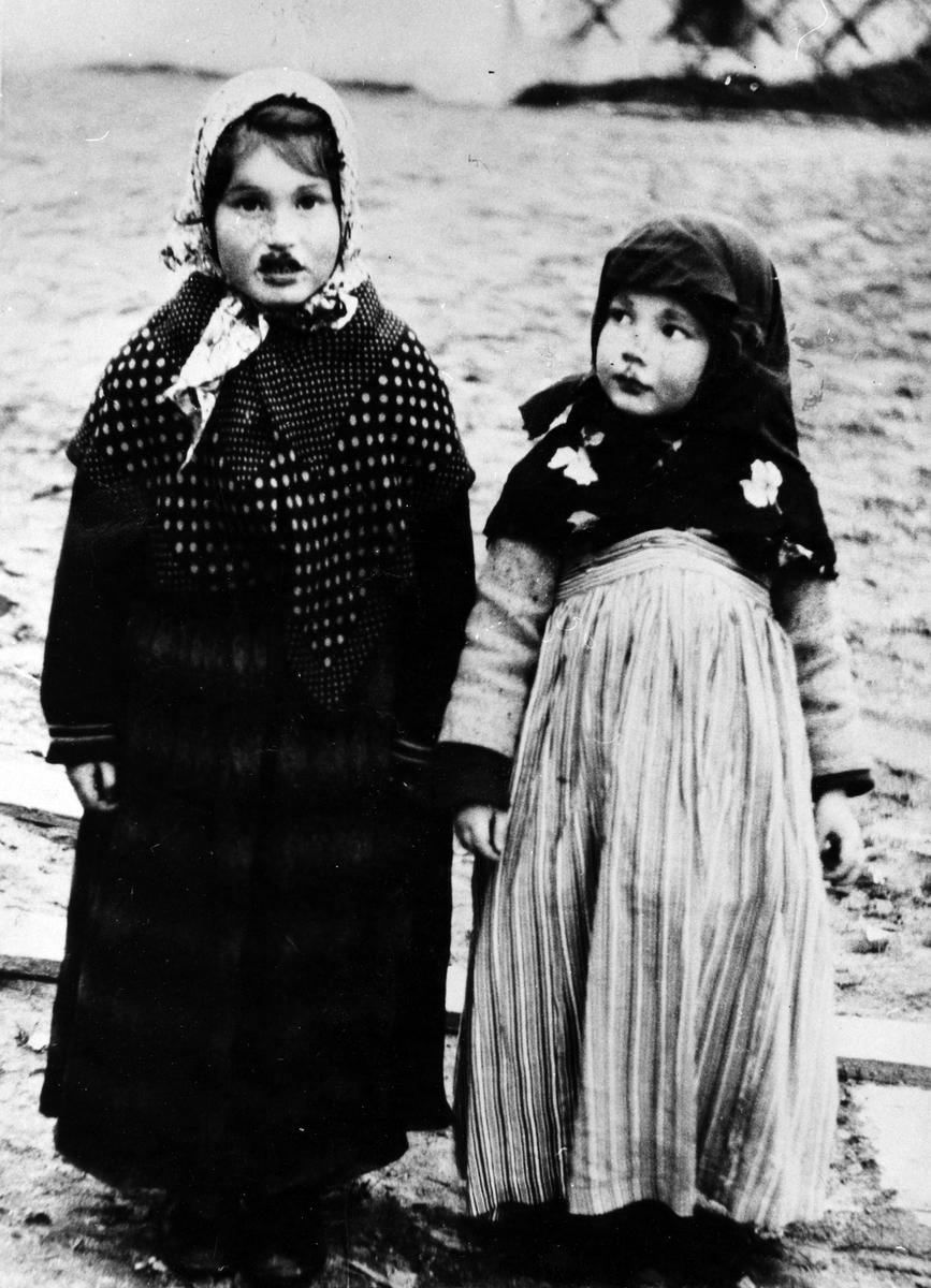 Två stycken påskkärringar, Monica och Kristina Gustafsson.