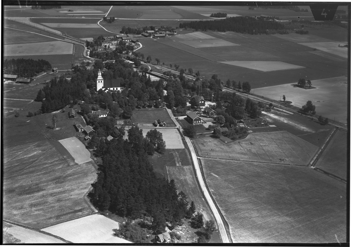 Flygfoto över Kumla kyrka, Kumla kyrkby. Tagen av Ahrenbergsflyg.