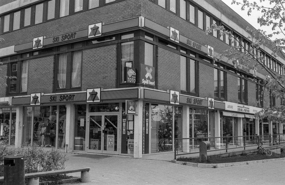 Diverse steder fra Ski sentrum. Jernbaneveien, Ski stasjon med undergangen, trapp til spor 2 og 3. Drosjebua, Elise Brekkebutikken. Inngangen til ØB. Rådhuset med plassen foran. Fotograf: ØB Skole-elev