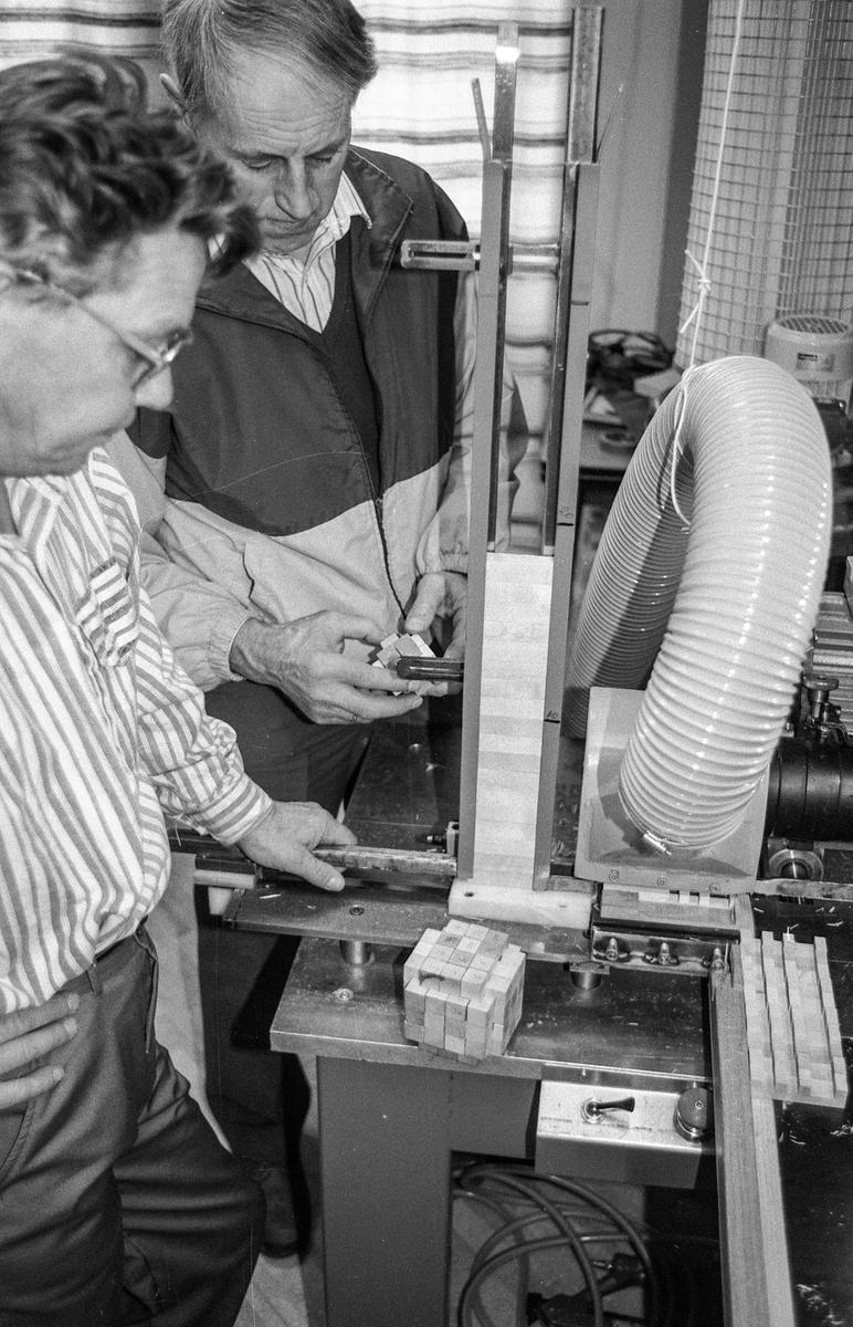 Ski Trevare produserer NIFI – kubbbene for den gløgge. Nils Fiske (t.h) og Werner Skau ved produksjonsbenken.