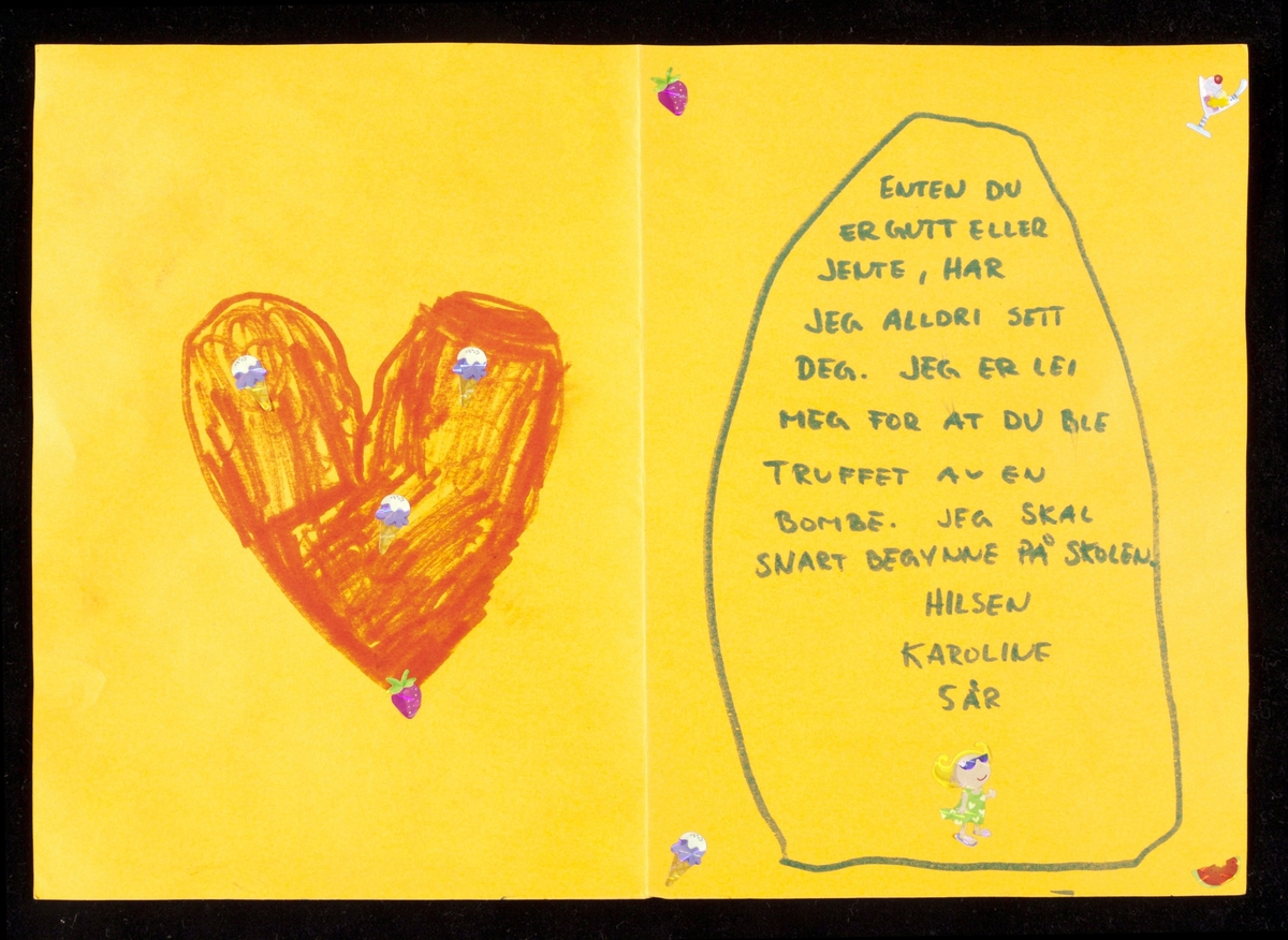 Kort innsamlet etter terrorhandlingen 22. juli 2011 fra minnesmarkeringene i Lillestrøm.   Kortet er laget av et orange ark brettet på midten. Det er tegnet blomster, en gravsten med blomster og en hilsen, samt hjerter på forsiden og inne i kortet. Teksten/hilsenen er skrevet med blokkbokstaver og det er brukt grønn tusj. Det er limt figurer av sommerting som iskrem, melon, jordbær og en liten jente med gult hår og solbriller på kortets hjørner, under signaturen og på det ekstra store røde hjertet.
