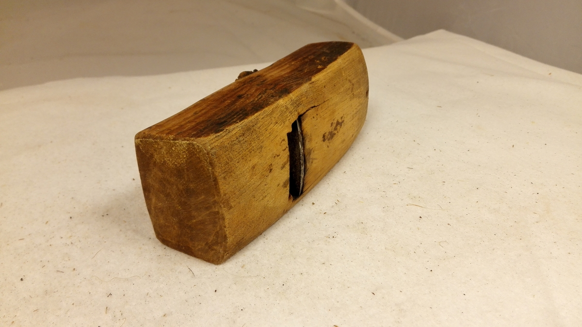 """1 rundhövl (""""vog"""").  Rundhövl, saakaldt """"vog"""" vistnok egentlig baatbyggerredskap, men ogsaa benyttet til hövling av meier og andre konkave redskapsdeler av træ. Komplet med enkelttand.  Stokk av ask. Kort, 14,7 cm lang, 5,7 cm bred. Uten mærke eller profil.  Fra Øiegjerdet i Vassdalen, Söndfjord. Kjöpt ved fru Uchermann Nitter, Dale i Söndfjord."""