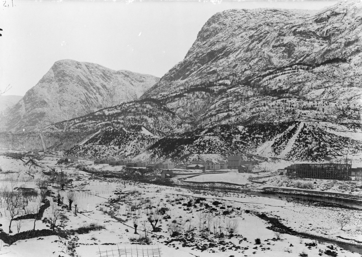 Oversikt, Hjøllo, Langekilen, Nyland, Nydalen, Eidesdalen, Eidesnuten, anleggstida, Odda Smelteverk AS, vinter