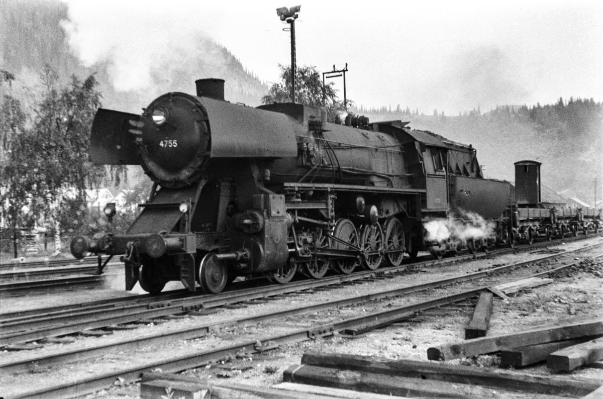 Damplokomotiv type 63a nr. 4755 med grustog på Støren stasjon.