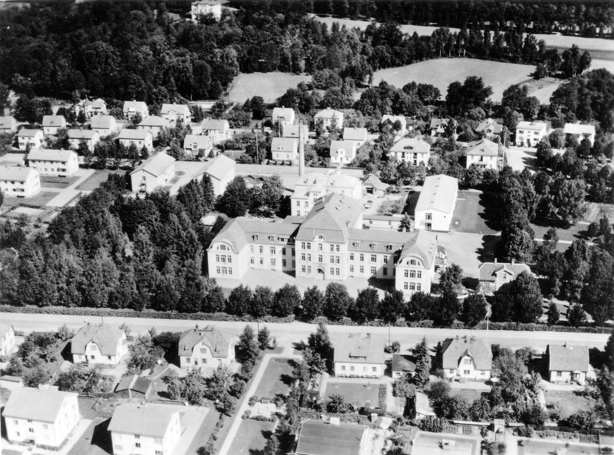 Fågelvy av området runt Alingsås lasarett. På bilden ses tydligt trädgränsen runt området och utanför tätbebygda bostadsområden.