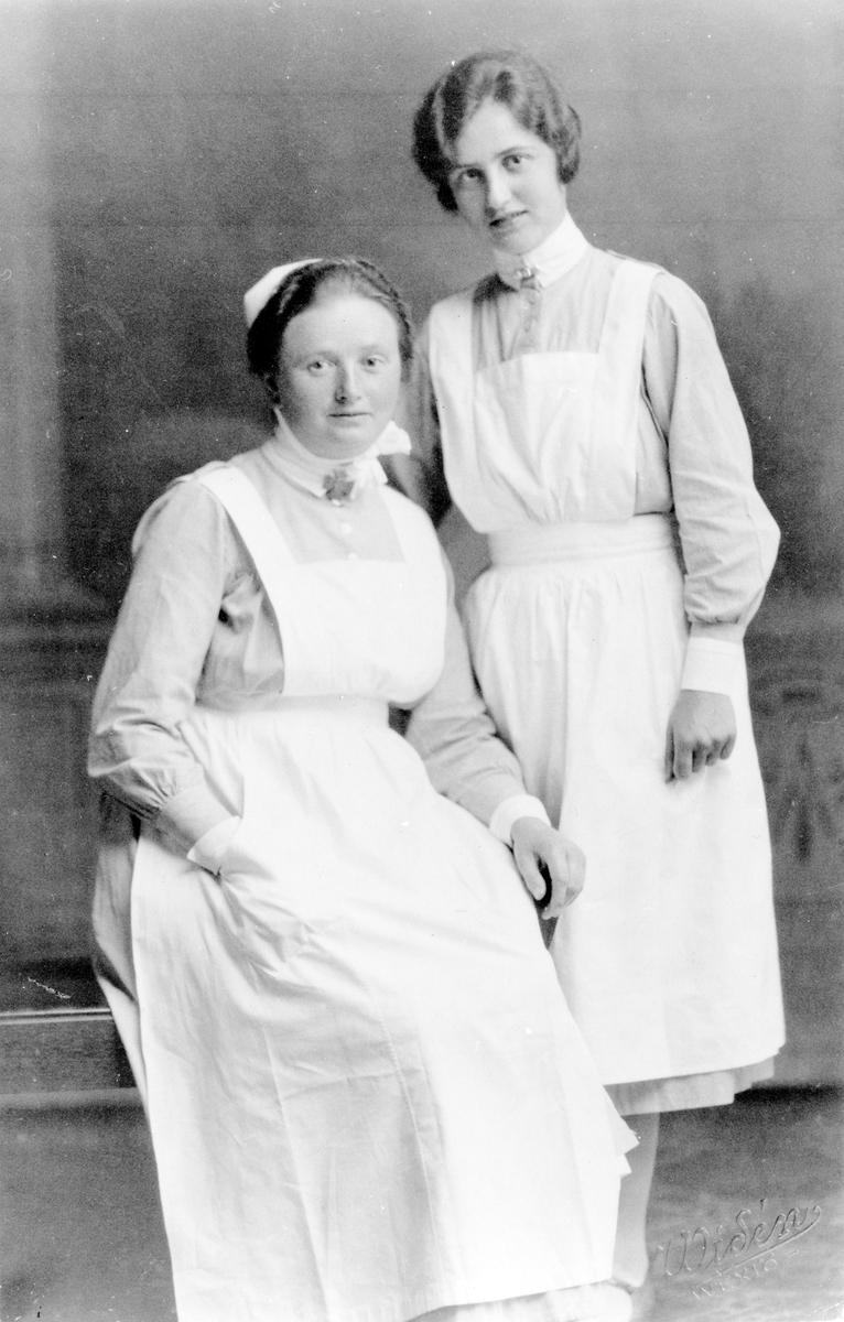 Bild på två kvinnor i sjukhusuniformTill höger syster Judith Svensson och till vänster Lisa.