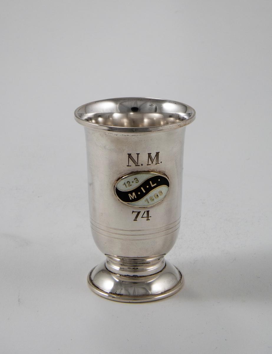 Sølvpokal med Meldal IL sitt emblem.