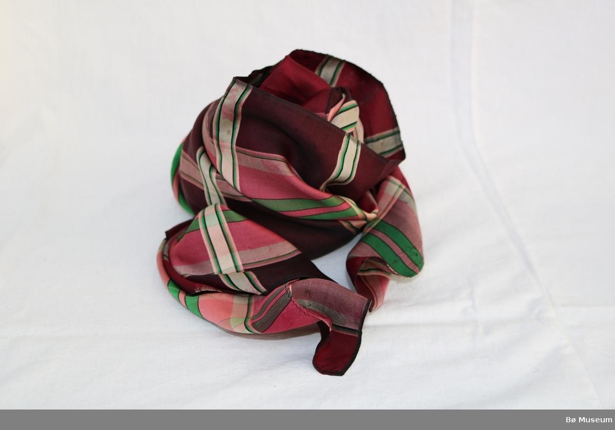 Silketørkle med rektangulær form og rutete mønster.