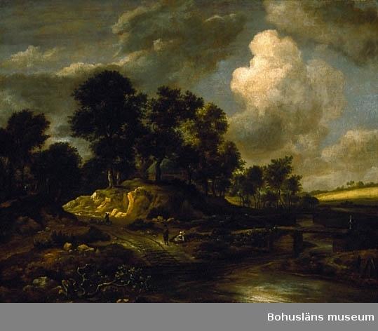 """Jacob van Ruisdael. Född i Holland 1629, död 1682. Landskap med väg och vattendrag. 102,5 x 129. Olja på duk.  RAMNING Linneduk i tuskaft spikad runt spännram och med pappersremsa fastklistrad över avslutningen. Spännramen har kilar med raka hörn och en horisontell och två vertikala tvärslåar som förstärkning.  Förgylld dekorerad barockram. Ramen har förstärkningar med trekantiga plywoodbitar i varje hörn. Ramen är kapad, förminskad på flertalet ställen, upptill med sex snitt, nertill ett snitt. Ramen kan vara från tiden. Dukens baksida har spår efter rengöringsiver med fuktig trasa.  UPPGIFTER PÅ BAKSIDAN En fastklistrad rund pappersetikett på en av de vertikala tvärslåarna: Med tusch-siffrorna """"5647"""". På ramen en tryckt, med bård dekorerad, etikett: """"78."""" Övrig historik se JJ01"""