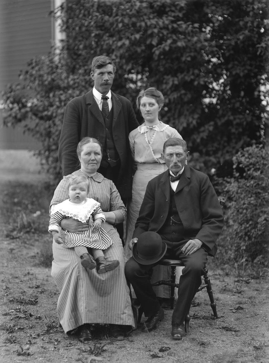 Makarna Axel och Klara Danielsson med dotter, måg och barnbarn. Platsen är inte bestämd men väl tiden i stort. Gossen Karl Gustaf Olle i mormor Klaras knä, kom till världen i augusti månad 1913. Hans föräldrar står bakom morföräldrarna, byggmästare Karl Albin Hultgren och Tekla Turida Amalia. Axel och Klara bodde vid tiden för bilden i byn Klockarp. Den unga familjen flyttade till Grindsbo från Rumskulla i början av april månad 1914.