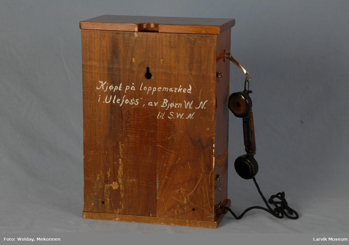 Form: Stor rektangulær kasse, telefonrør oppheng på siden. Hull til linjer i front