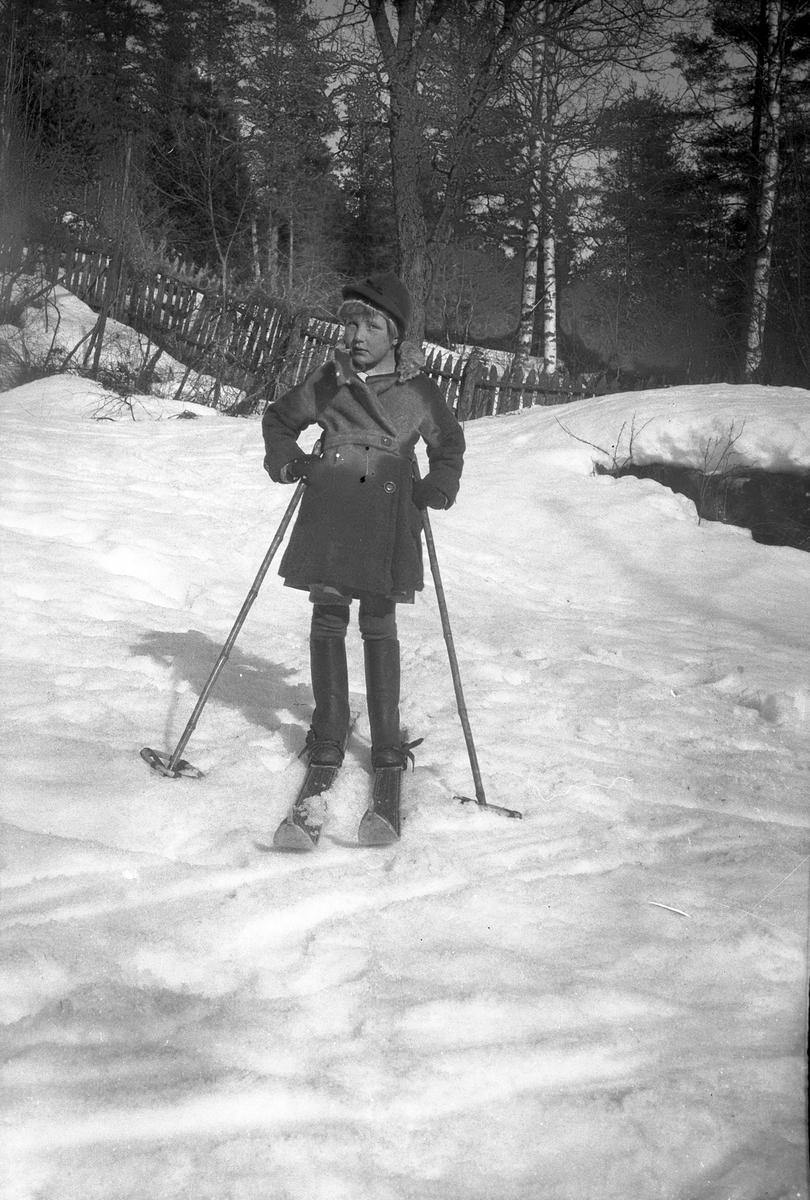 Jente på ski.