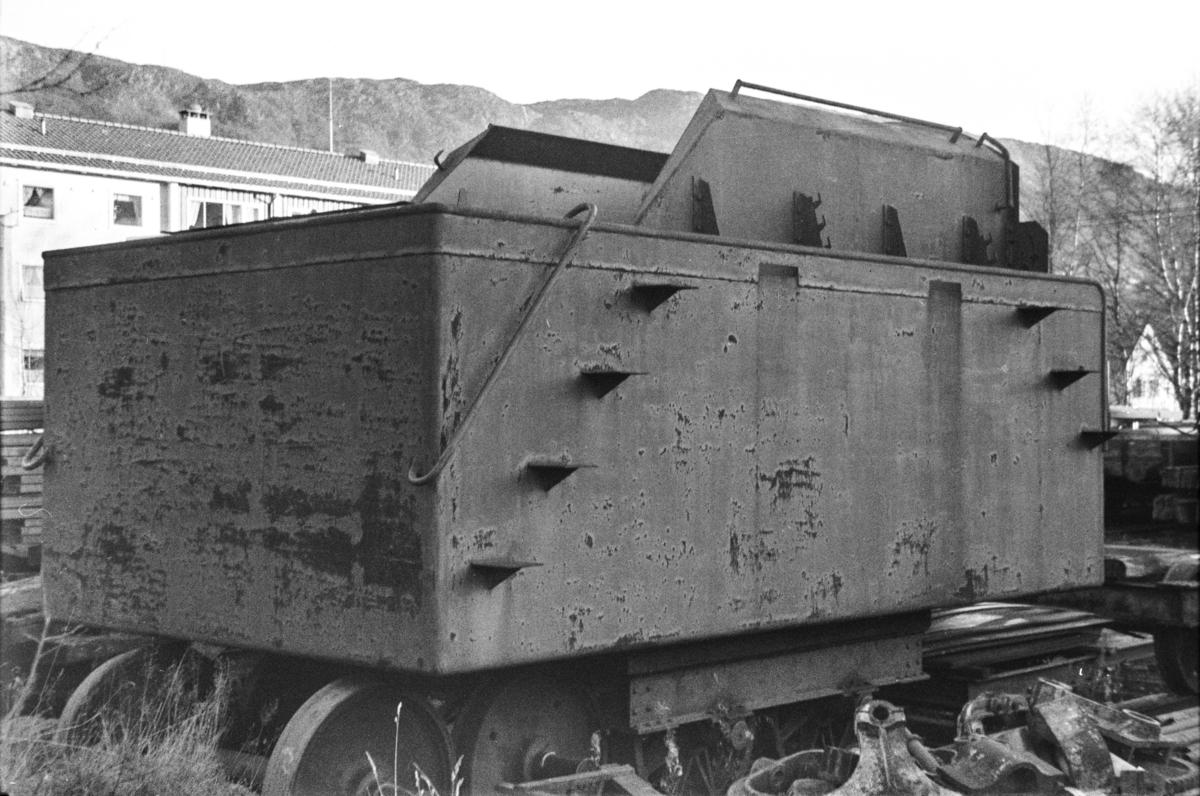 Tenderen til ttrangert damplokomotiv type 39a på Kronstad verksted ved Bergen.