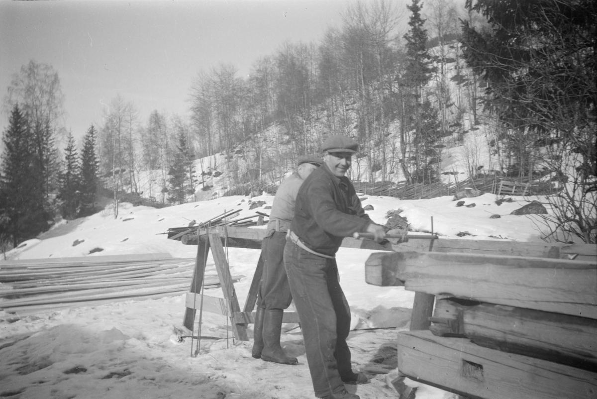 Montering eller demontering av laftet hus, Peder Heggelund i forgrunnen