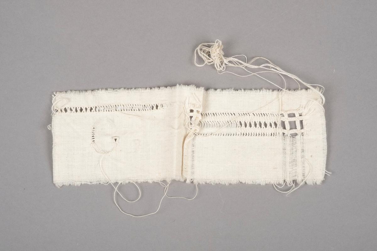 En liten tekstillapp med sømprøver. Det er hullsøm, sammentrekksøm og brodering på lappen.