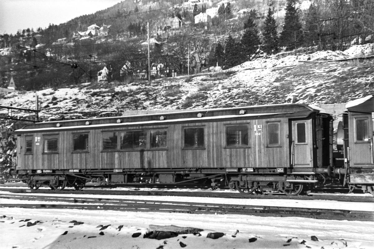 Personvogn litra Ao2c nr. 950 på Bergen stasjon.