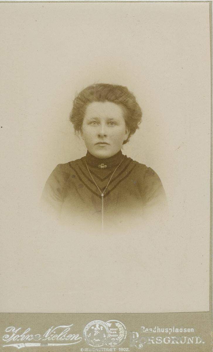 Portrett av ukjent ung kvinne.