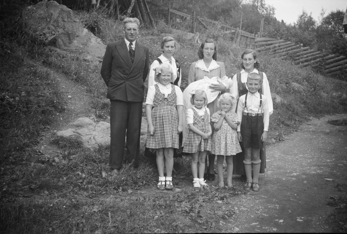 Familiebilde: Britt, Kari, Astrid, Per, Olav, Hanna, Borghild og Kjellaug Børresen med dåpsbarnet, som antagelig er Hjørdis Børresen