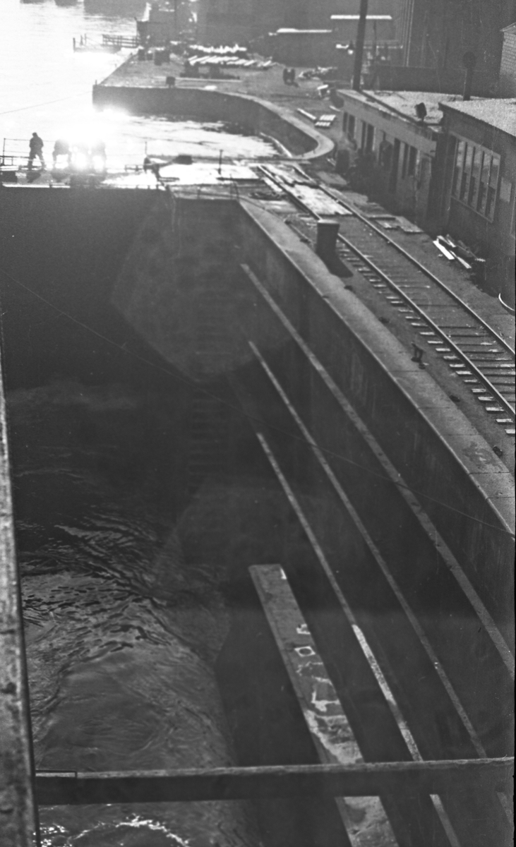 Tørrdokken i Halifax fylles. Slusene åpnes. Suderøy gjøres klar til avgang.