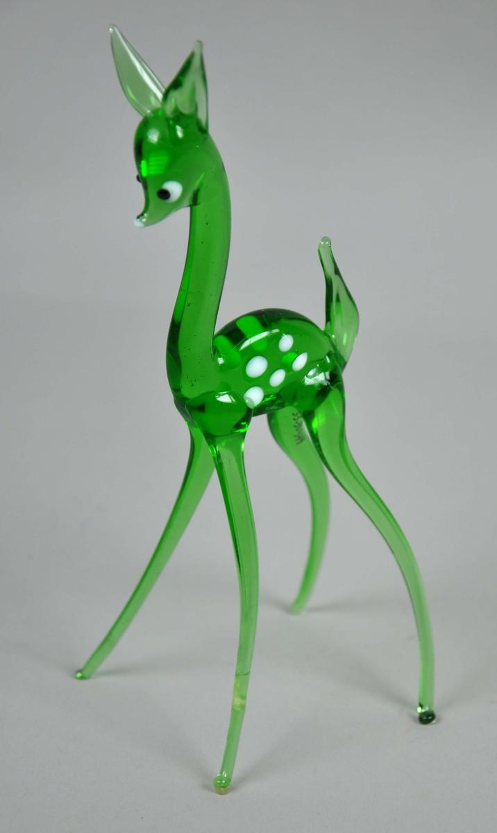 Grønn glassfigur formet som et rådyr eller dådyr. Figuren er reparert med lim.