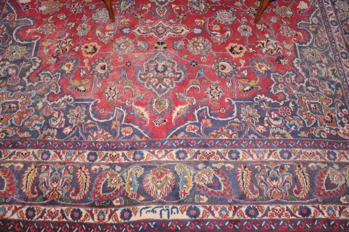 Flerfarget gulvteppe med persisk motiv.