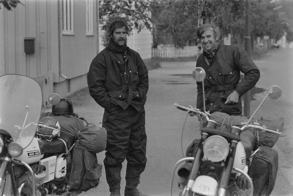To sveitsiske motorsykkelturister i Skjervgata. Det hvite huset i krysset er Lagmannsgt.2