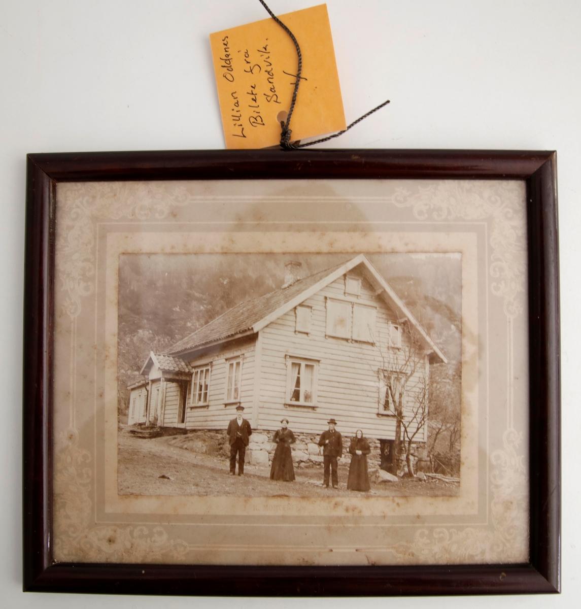 Svarthvit foto, familiebilde foran huset.