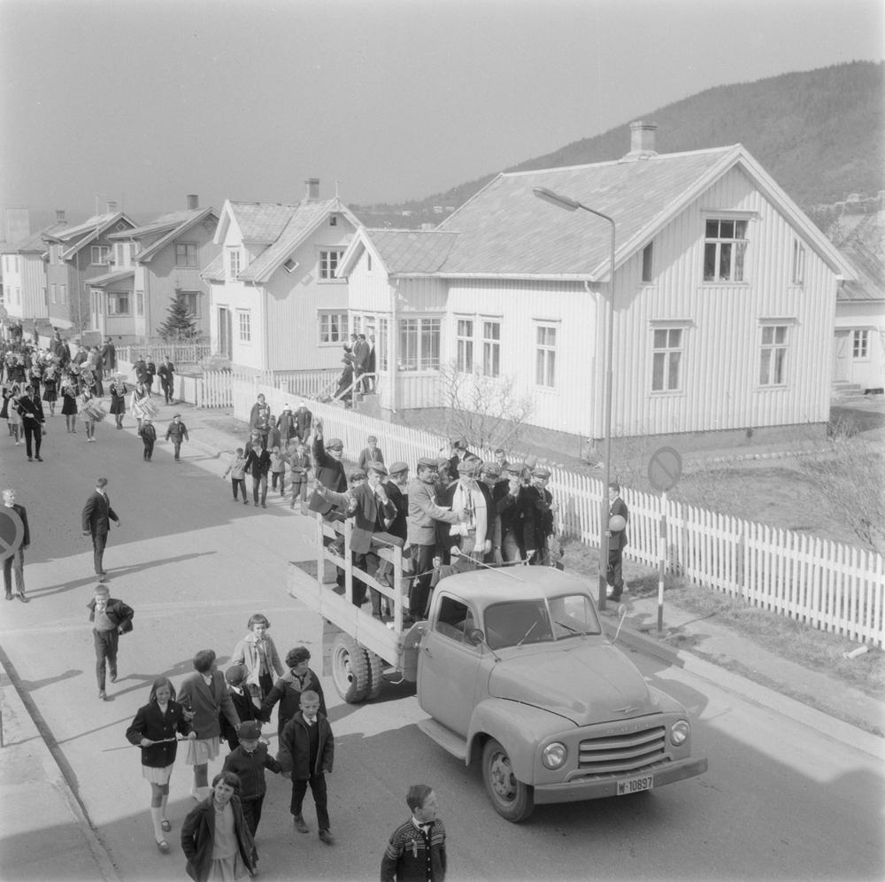 Russ på lastebil (W-10897, Opel Blitz fra 1952-60). 17.mai toget i Tordenskjoldsgt.