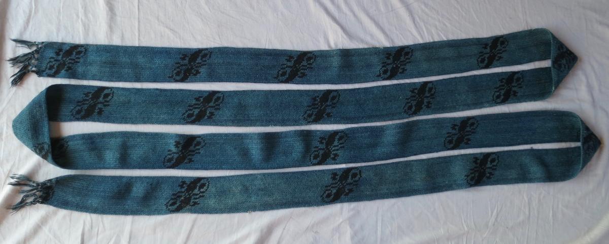 Pälsband blått med svart mönster, 5 1/2 - 6 meter långt. Bandet är virkat på längden dvs över 3 000 maskor.