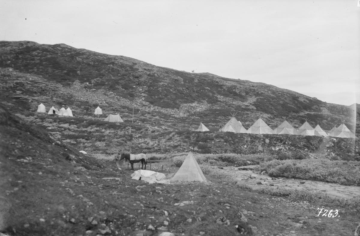 Teltleir, soldater på veiarbeid på Solliaveien.