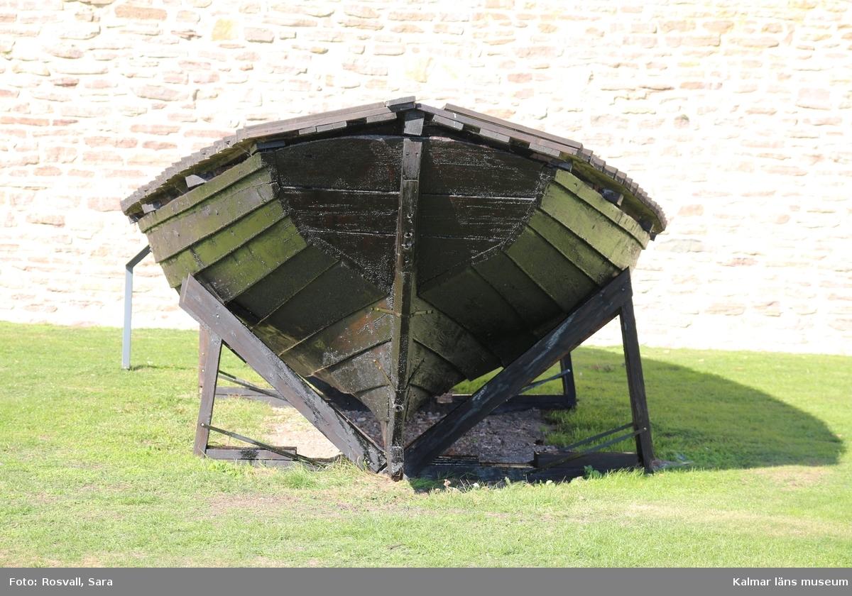 KLM 22773:1. Båt, storbåt. Av ek. Tjärad. Enligt uppgift från ortsbor var den ursprungligen försedd med bomsegel, fock, klyvare, bredfock och toppsegel samt haft två par åror.  Användes för frakt, långfärder och för större och tyngre laster.