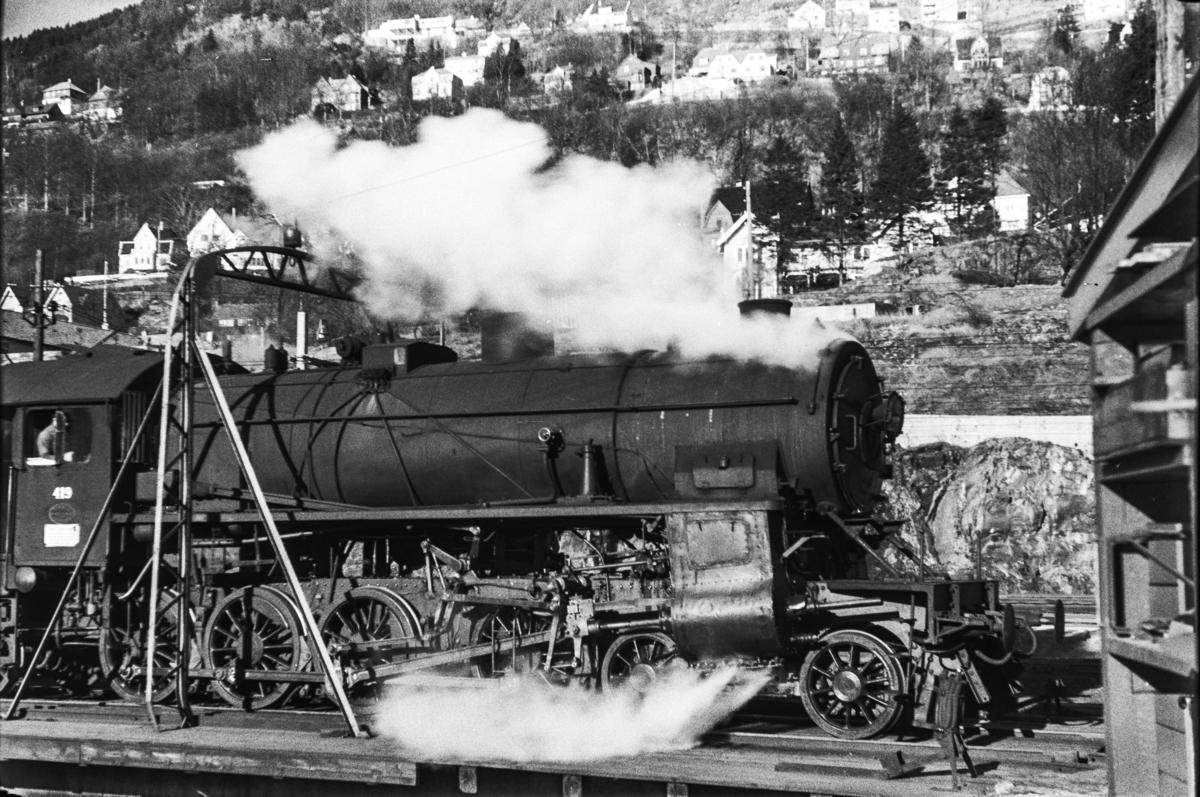 Damplokomotiv type 31b nr. 419 på svingskiven på Bergen stasjon.