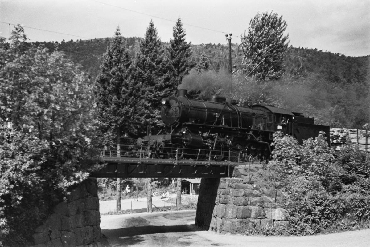 Damplokomotiv type 31a nr. 285 med godstog fra Bergen til Oslo, tog 5500, ved Fjøsanger.