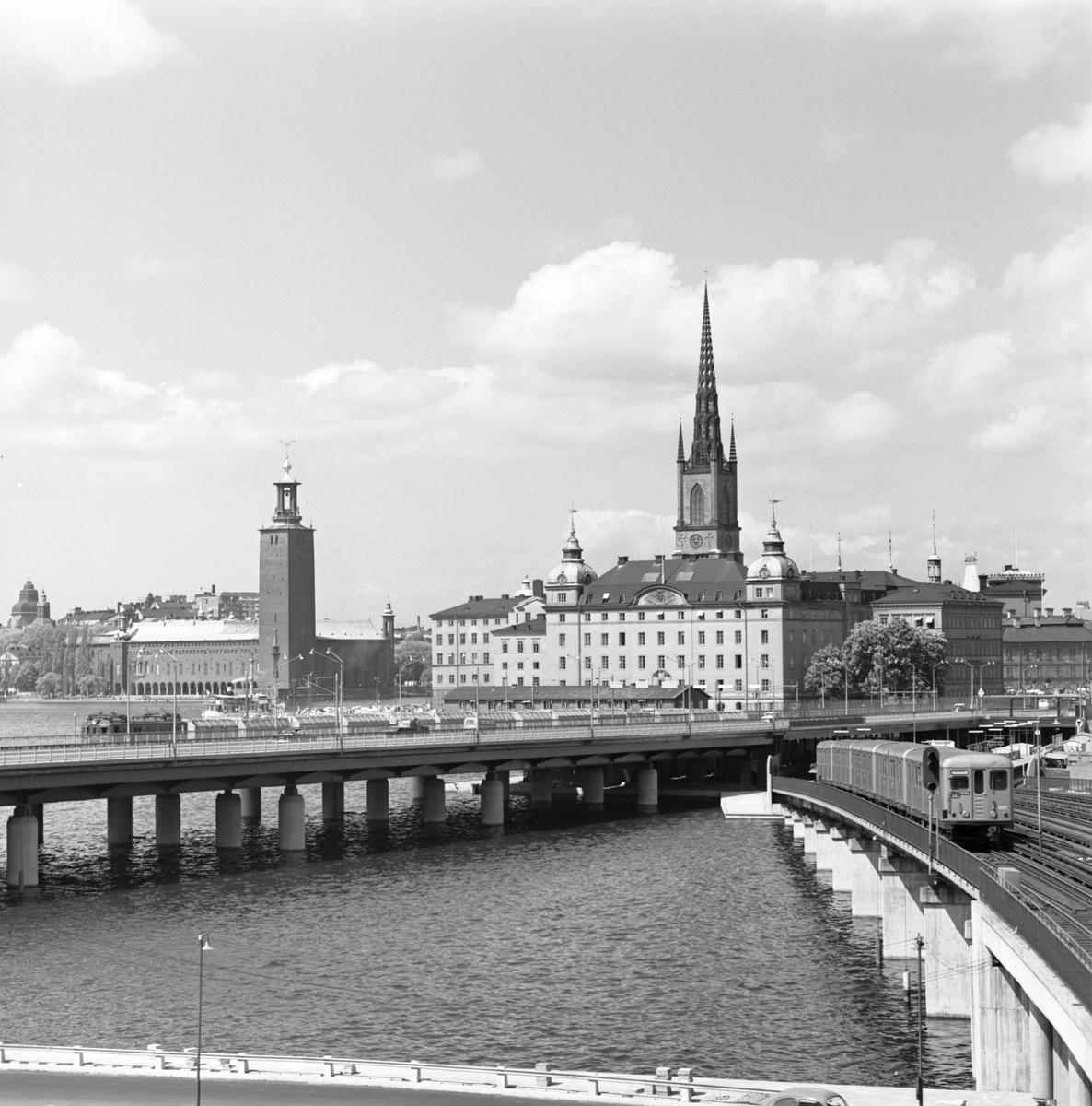 Söderbron, på sträckan mellan Riddarholmen och Söder Mälarstrand. Centralbron och Södra Järnvägsbron i bildens mitt.