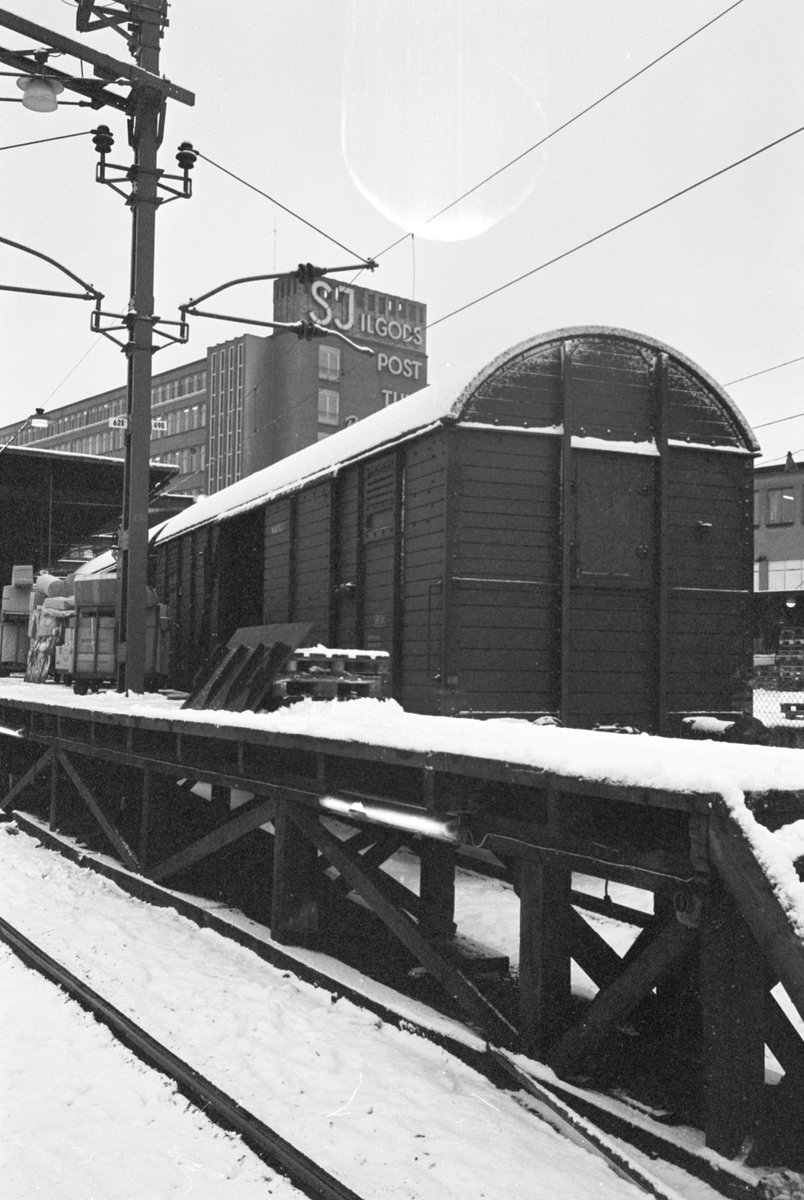 Stockholm Centralstation, vinterbild. Lastning av gods.