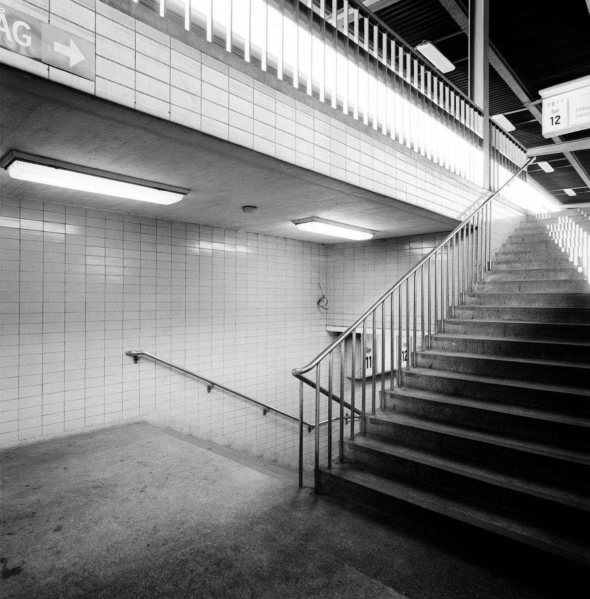 Rostfria trappräcken, uppgång spår 11 och 12.