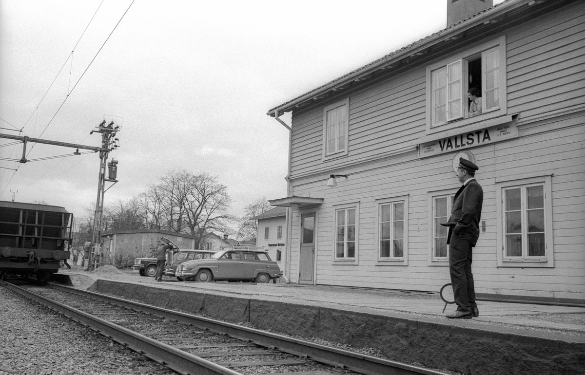 Vallsta gamla stationshus. Stins i äldre uniformsmodell